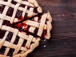 hausgemachte Torte mit Marmelade auf dem Holztisch foto