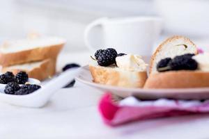 Snack auf französischem Baguette auf einem Holzbrett