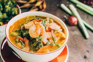 würziges und Suppencurry mit Garnelen und Gemüseomelett