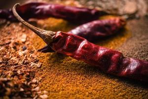 rote Chiliflocken, trockene rote Chilispices und Currypulver foto