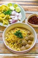 Nordthailändische Nudel-Curry-Suppe (Khao Sawy oder Khao Soi). foto