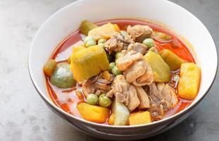 thailändisches Essen - heißes Curry-Huhn mit Kürbis