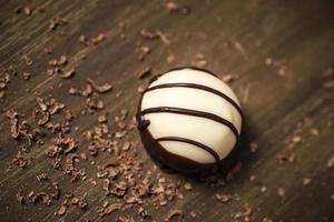 Luxus belgischen weißen & dunklen Schokoladentrüffel foto