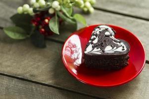 Schokoladenkuchen in einem Herzen, Valentinstag, Nachtisch foto