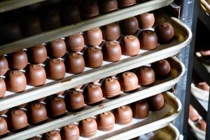 Milchschokoladentrüffel auf einem Tablett foto