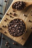 Bio dunkle Schokoladenstückchen foto