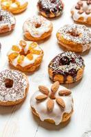 Gruppe von farbig glasierten Donuts foto