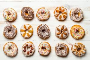 Gruppe bunt dekorierter Donuts