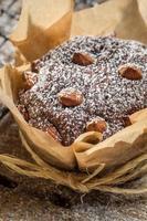 Nahaufnahme von Muffins mit Puderzucker und Mandeln foto