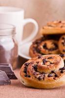 Brioche-Brötchen mit Schokoladenstückchen. foto