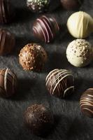 ausgefallene dunkle Schokoladentrüffel foto