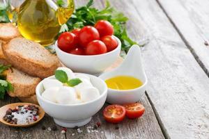 leckerer Mozzarella und Zutaten für den Salat foto