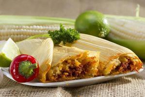 mexikanische Tamales auf Teller. foto