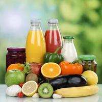 Vegetarier essen Obst, Gemüse und Orangensaft trinken foto