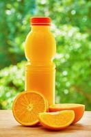 Orange und Saft auf dem Tisch foto