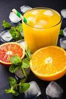 frischer Orangensaft auf dunklem Hintergrund foto