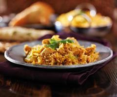 indisches Essen - Huhn Biryana auf Metallplatte foto