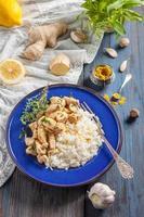 Huhn mit Zitrone, Curry, Ingwer und Reis foto