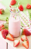 Milch mit frischen Erdbeeren foto