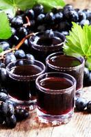 frischer dunkler Traubensaft und frische Beeren foto