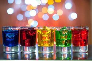 Beerenalkoholisches Getränk in kleine Gläser am Barschreibtisch mit foto