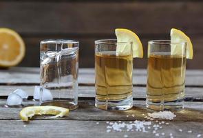 Gläser Tequila mit Zitrone und Salz