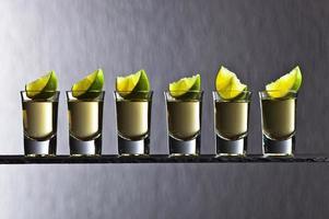 goldener Tequila mit Limette