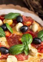 Pizza mit Salami und Pilzen Nahaufnahme