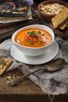 Kürbissuppe mit trockenen Tomaten und roten Chilis foto