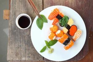 Sushi auf hölzernem Hintergrund eingestellt