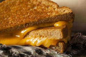 hausgemachter gegrillter Käse mit Tomatensuppe foto