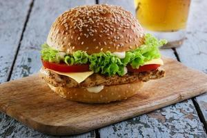 Burger mit gegrilltem Hähnchen und Käse foto