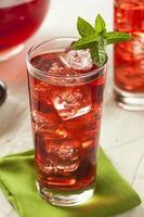 kalter erfrischender Beeren-Hibiskus-Eistee foto