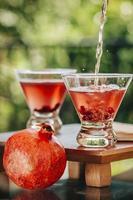 Granatapfel Martini in einer natürlich beleuchteten Umgebung serviert foto