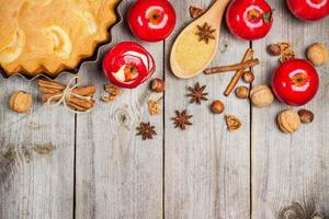 Apfelkuchen im rustikalen Stil foto