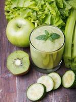 grüner Smoothie und Gemüse foto