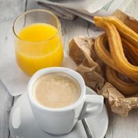 Frühstück mit Zeitung foto