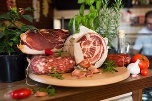 traditioneller italienischer - Parmaschinken foto
