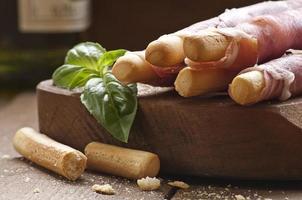 Parmaschinken auf Grissini-Brotstangen foto