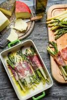 Spargel in Parmaschinken mit Käse gewickelt foto