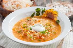 Suppe mit Sauerkraut und Hirse. foto