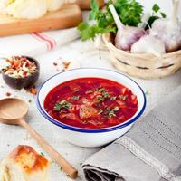 traditionelle ukrainische russische Gemüsesuppe, Borschtsch mit Knoblauchkrapfen, Pampushki. foto