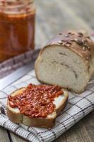 Scheibe Brot mit Chutney verschmiert