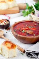 traditionelle ukrainische russische Gemüsesuppe, Borschtsch mit Knoblauchkrapfen, Pampushki foto