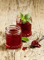köstliche hausgemachte Erdbeermarmelade in einem Glas, selektiver Fokus foto