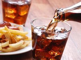 Cola in Glas gießen foto