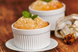 Vanille-Souffle oder Cupcake foto