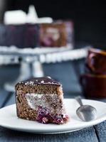 Stück Schokoladenkuchen mit Sahne und Kirsche foto