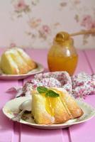 Stück Quarkauflauf (Pudding) mit Honigdressing. foto