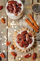 Hafer Zimt Chia Samen Pudding mit Honig Pekannuss